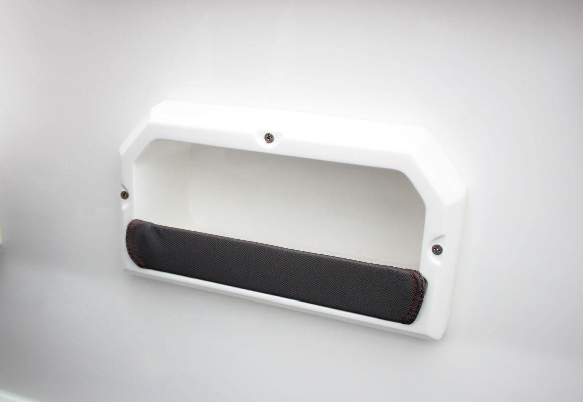 Дополнительные ниши в бортах для задних пассажиров